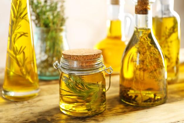 Skład butelek z olejem na drewnianym stole
