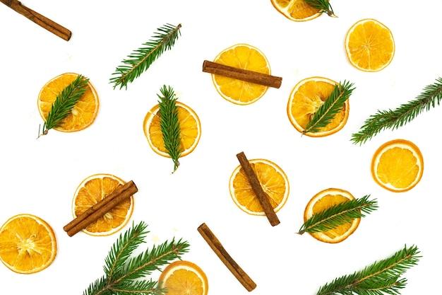 Skład cynamonu, drzewa futra i suszonych pomarańczy na białym tle