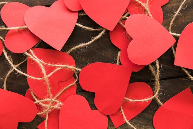 Skład czerwieni papierowi serca z skrętami