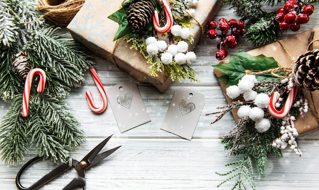 Skład dekoracji świątecznej na białej powierzchni drewnianej