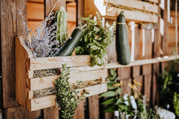 Skład drewniany stół kuchenny rustykalny na zewnątrz z wystrojem roślin lawendy, warzyw. dom na wsi w lecie