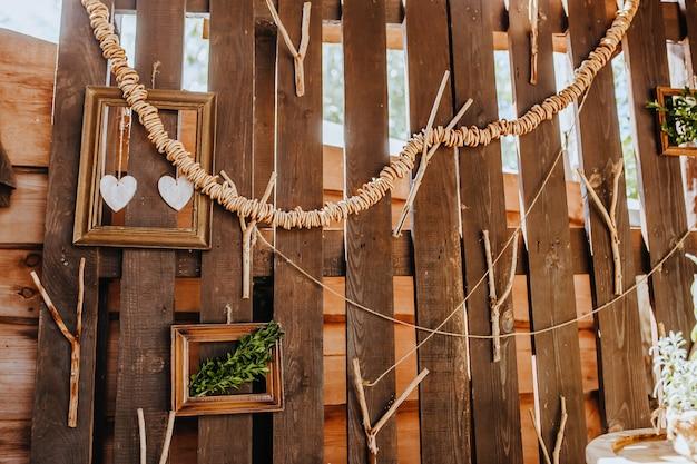 Skład drewniany stół kuchenny rustykalny na zewnątrz z wystrojem roślin, warzyw. dom na wsi w lecie