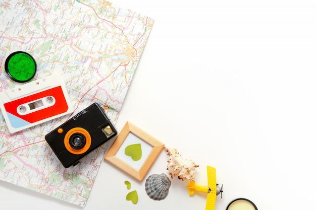 Skład elementów podróży, kaseta magnetofonowa, aparat fotograficzny, samolot zabawka, mapa, muszle lato życie styl widok z góry z miejsca kopiowania
