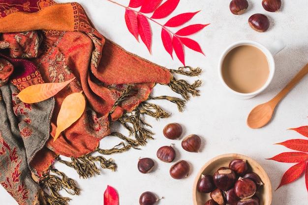Skład filiżanki kawy i szalik jesienią