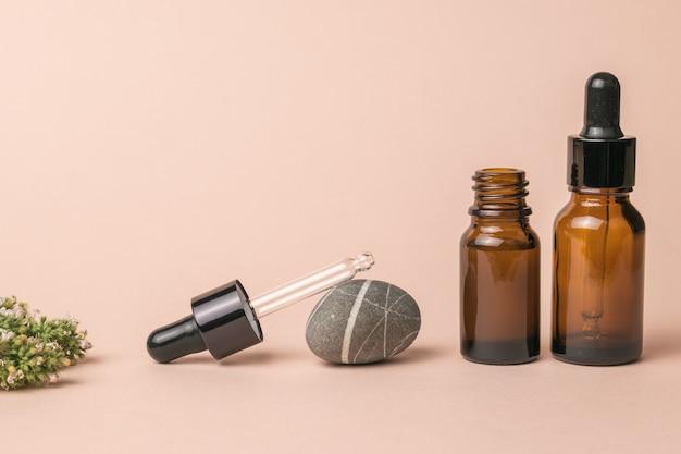 Skład fiolek z fiolkami medycznymi i ziołami leczniczymi. koncepcja leczenia i pielęgnacji ciała z wykorzystaniem naturalnych środków.