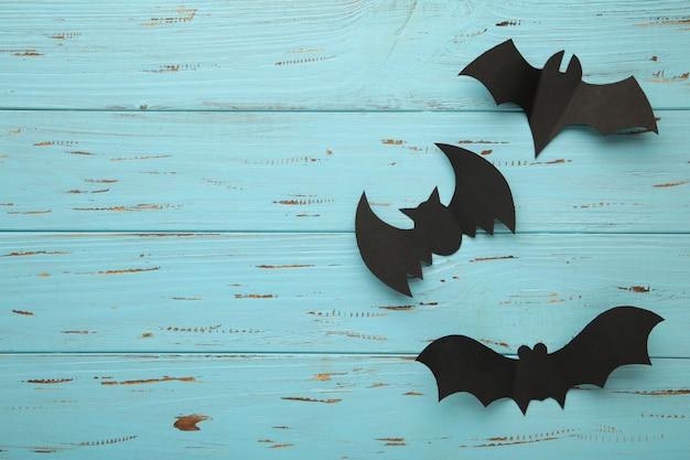 Skład halloween z nietoperzami na niebieskim tle. widok z góry.