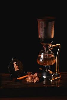 Skład herbaty. puer herbata w syfonie z buddha statuą na czarnym tle