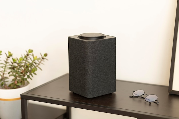 Skład inteligentnego głośnika na stole