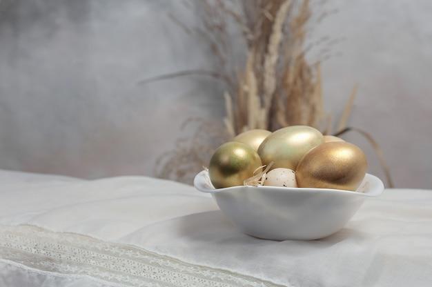 Skład jaj na tle stołu. kompozycja wielkanocna.