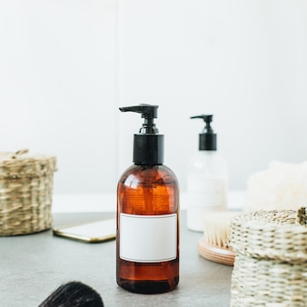 Skład kąpieli spa z makietą kopii miejsca etykiety tagu na butelce mydła w płynie.