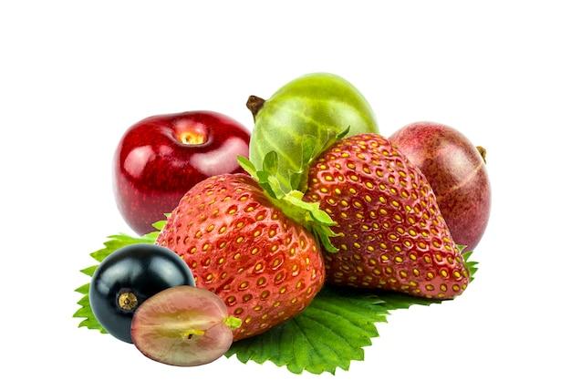 Skład, kolaż świeżych truskawek, agrestu i czereśni leżących na zielonym liściu na białym tle.