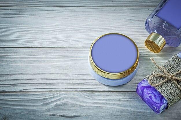 Skład lawendy ręcznie robione mydło żel pod prysznic i balsam do ciała na drewnianej desce kąpielowej