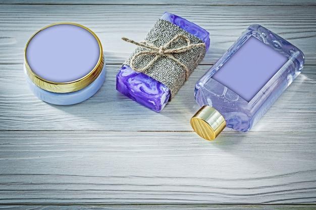Skład lawendy ręcznie robione mydło żel pod prysznic i balsam do ciała na drewnianej desce spa koncepcja