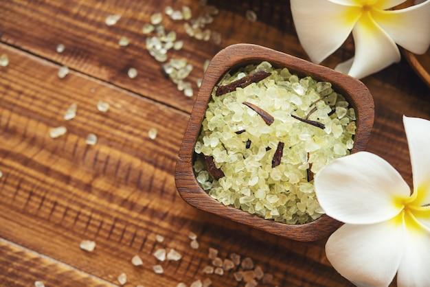 Skład leczenia uzdrowiskowego. kosmetyki naturalne z różową solą himalajską. sól morska do kąpieli dla relaksu w spa na podłoże drewniane.