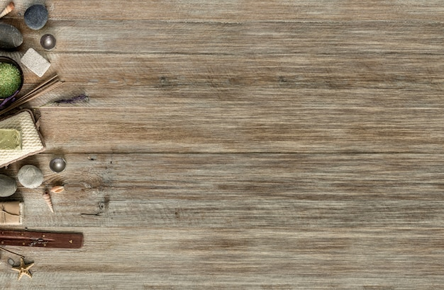 Skład leczenia uzdrowiskowego na drewnianym stole. widok z góry