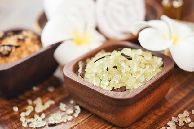 Skład leczenia uzdrowiskowego. naturalne kosmetyki z różową solą uzdrowiskową z himalajów. sól morska do kąpieli dla relaksu w spa na podłoże drewniane.