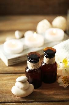 Skład leczenia uzdrowiskowego, świece w misce z wodą na podłoże drewniane