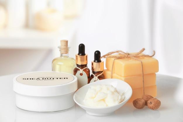 Skład masła shea z produktami kosmetycznymi na stole
