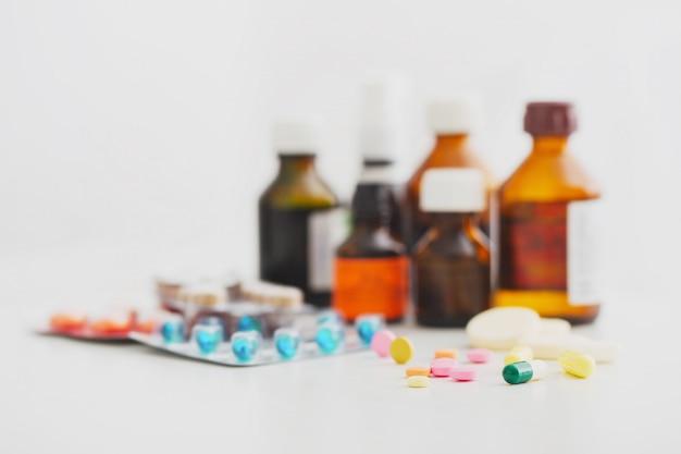 Skład medycyn butelki i pigułki na białym tle
