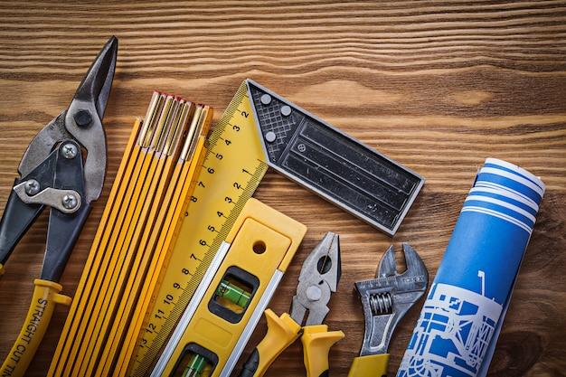 Skład narzędzi budowlanych na vintage desce