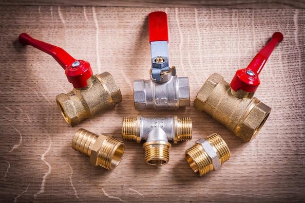 Skład narzędzi hydraulicznych mosiężne złącza rurowe na desce