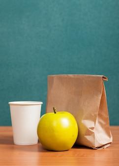 Skład obiadu szkolnego na tle tablicy