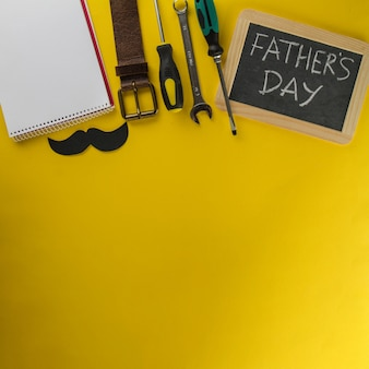 Skład ojca z łupkiem, narzędziami i notatnikiem