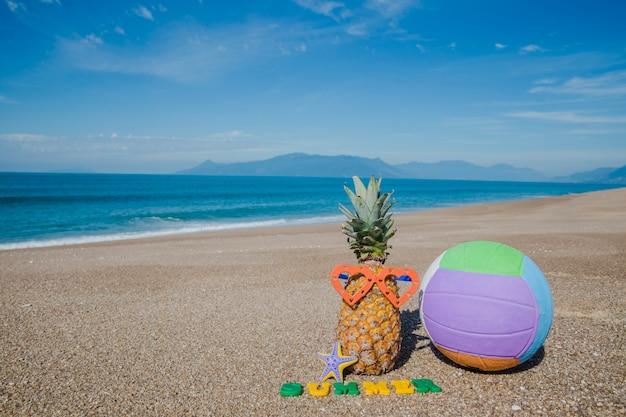 Skład owoców i piłki na plaży