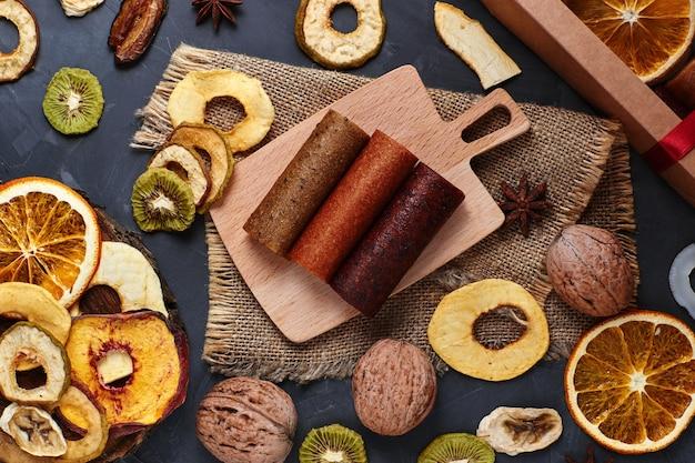 Skład pastylek owocowych i suszonych owoców na stole