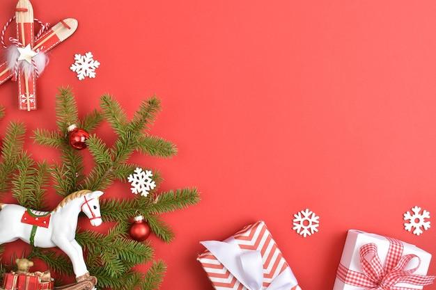 Skład płasko świeckich prezentów noworocznych lub świątecznych. kartkę z życzeniami na nowy rok i boże narodzenie. świąteczny baner z prezentami i świątecznymi zabawkami.