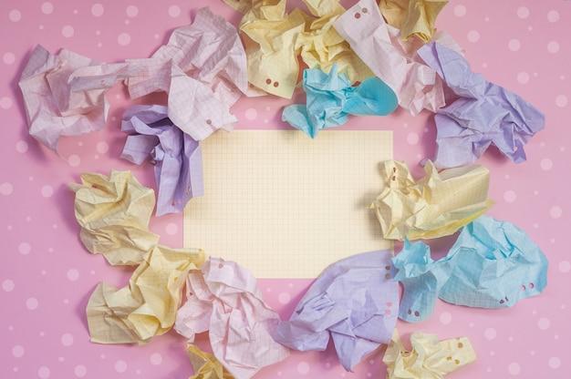 Skład pomarszczonego papieru w kolorach różowym, żółtym, niebieskim i fioletowym