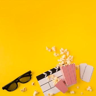Skład popcornu na żółtym tle z miejsca kopiowania