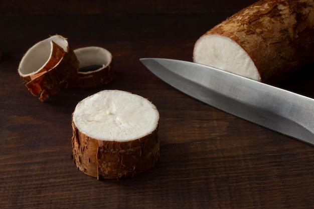 Skład pożywnych korzeni manioku w plasterkach