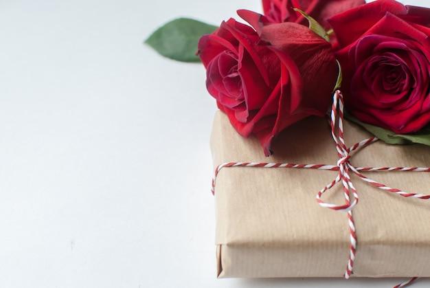 Skład prezent i bukiet czerwonych róż na białym tle