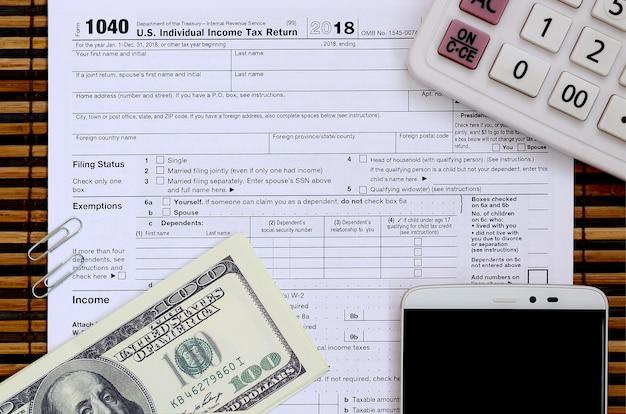 Skład przedmiotów leżących na formularzu podatkowym 1040.