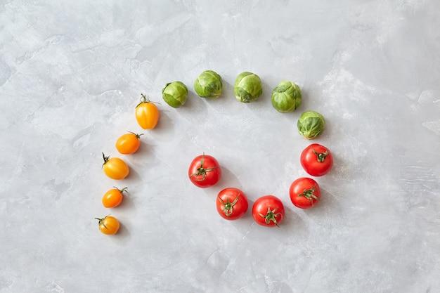 Skład różnych kolorowych pomidorów i kapusty