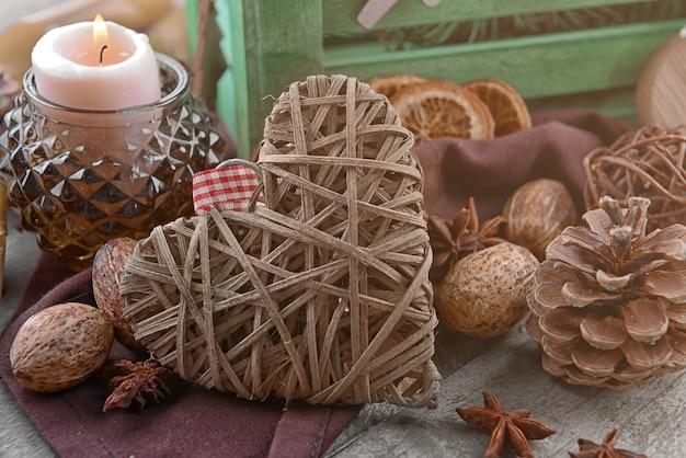 Skład serce z wikliny i naturalny wystrój na powierzchni drewnianych, widok z bliska