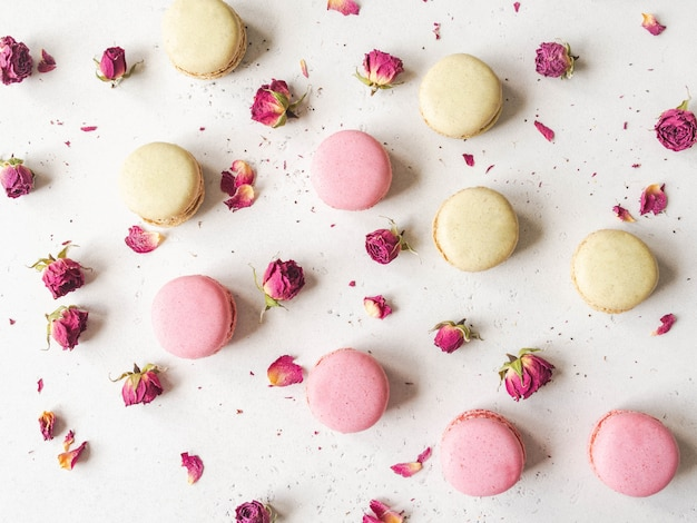 Skład słodkich ciasteczek macaron i suchych kwiatów