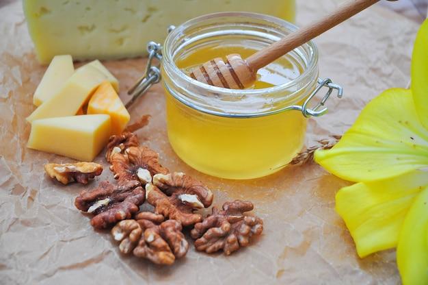 Skład słoika ze słodkiego miodu, sera i orzecha włoskiego