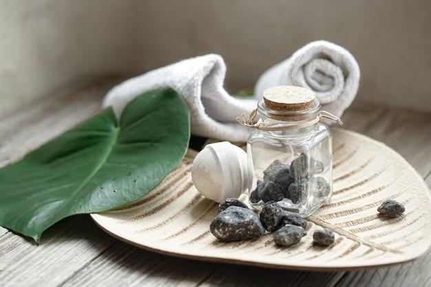 Skład spa z kamieniami, bombą do kąpieli, mydłem i ręcznikiem. pojęcie higieny i zdrowia.