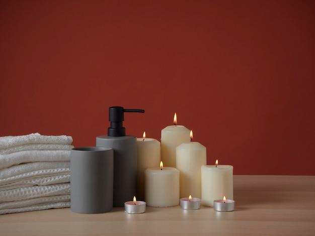 Skład spa z płonącymi świecami zapachowymi na drewnianym stole