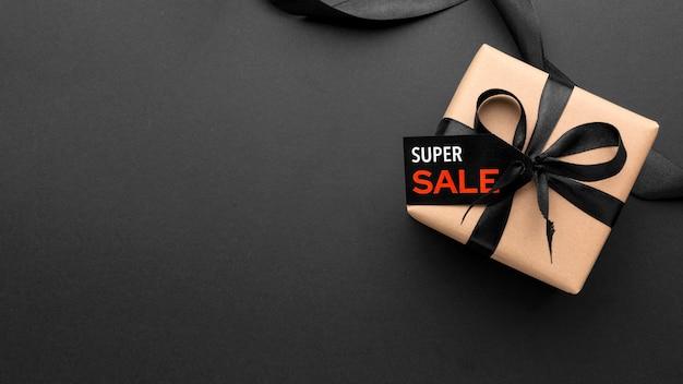 Skład sprzedaży w czarny piątek na czarnym tle z miejsca na kopię