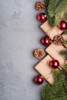 Skład świąt bożego narodzenia. czerwone ozdoby i bombki, jodła, prezenty i szyszki. skopiuj miejsce