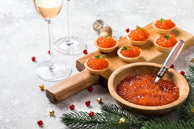 Skład świąt bożego narodzenia nowy rok. kawior z czerwonego łososia
