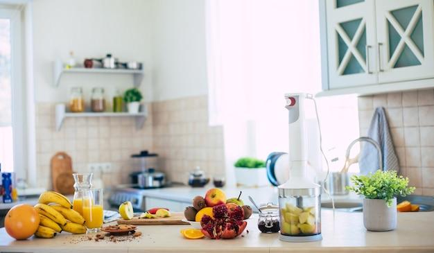 Skład świeżych i dojrzałych owoców na stole w domowej kuchni