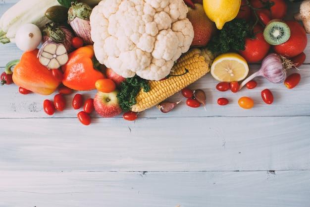 Skład świeżych warzyw na drewnie