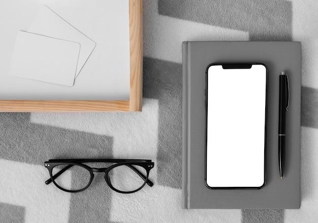 Skład sypialni z pustym ekranem telefonu