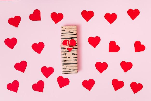 Skład teraźniejszy pudełko między winnego papieru ornamentu sercami
