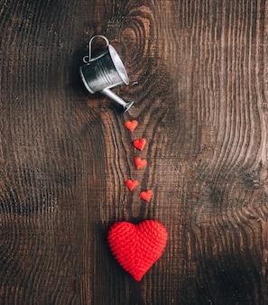 Skład tkanek serca i dekoracyjne wiadra na ciemnym tle drewniane