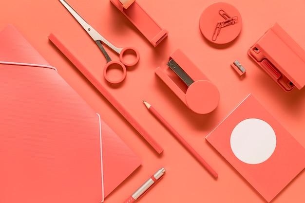 Skład ułożonych różowych narzędzi szkolnych papeterii
